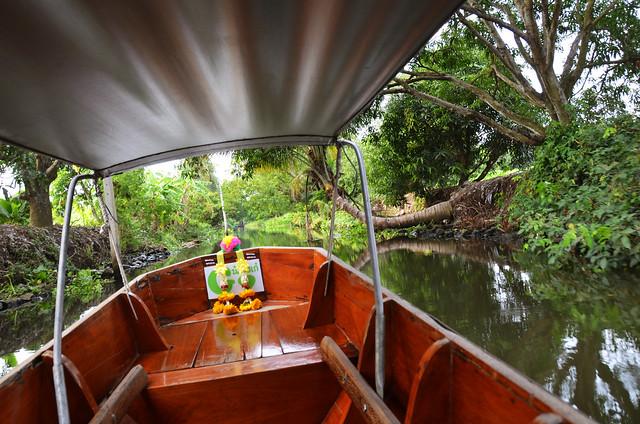 Nuestra barca por el mercado de Damnoen Saduak