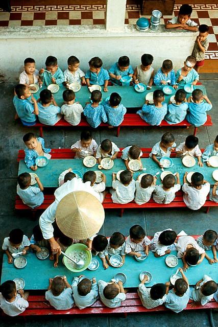 SAIGON 1968 - Giờ ăn của trẻ tại một cô nhi viện của Công Giáo