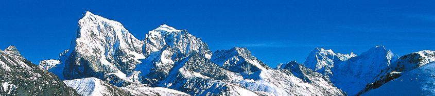Trekking-Reise Nepal ins Everest-Gebiet mit Besteigung Gokyo Ri und Kala Pattar. Cholatse, 6335 m, und Taboche, 6495 m. Foto: Günther Härter.