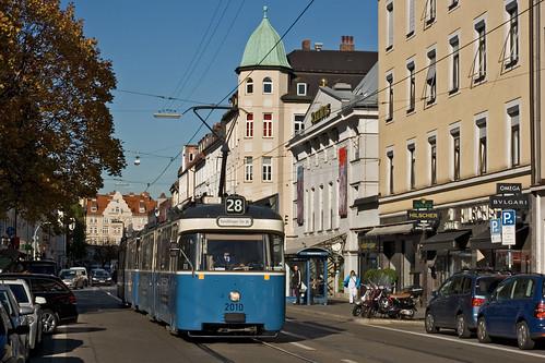 2010 hat die Haltestelle Elisabethplatz verlassen und fährt an der Schauburg vorbei