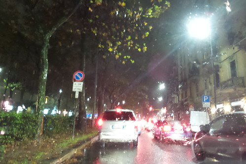 In auto sotto la pioggia alla sera