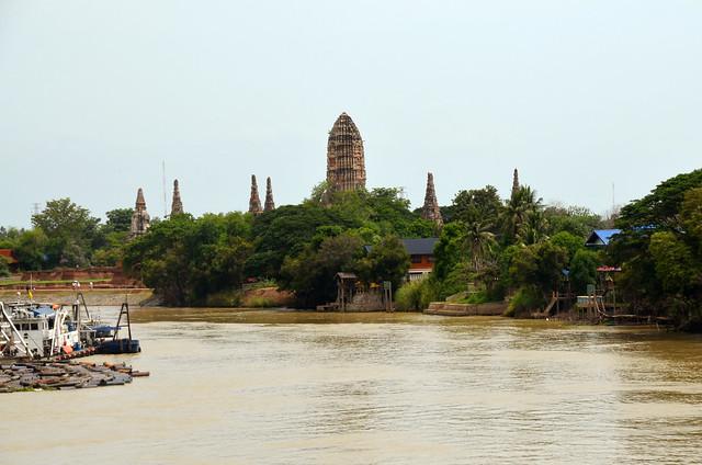 Rio Phraya y al fondo uno de los templos de Ayutthaya