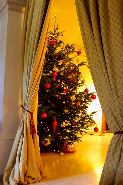 Weihnachtsbaum in der grossen Halle Schloss Leopoldskron Salzburg