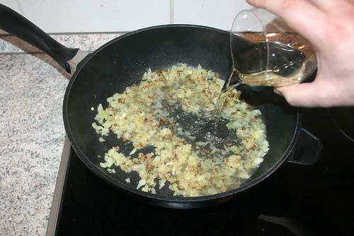 28 - Mit Weißwein ablöschen / Deglaze with white wine