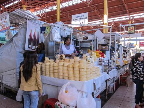 Arequipa: le marché San Camilo et ses étales de fromages. Une première !