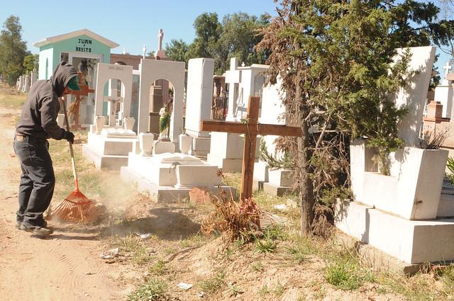 Continuan las labores de limpieza en panteones municipales