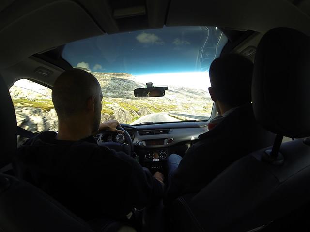 Llegando a los fiordos de Geiranger en coche de alquiler