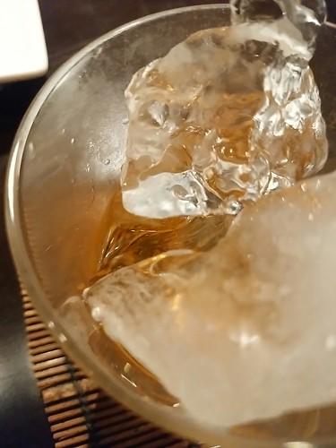 氷が、カラリと。