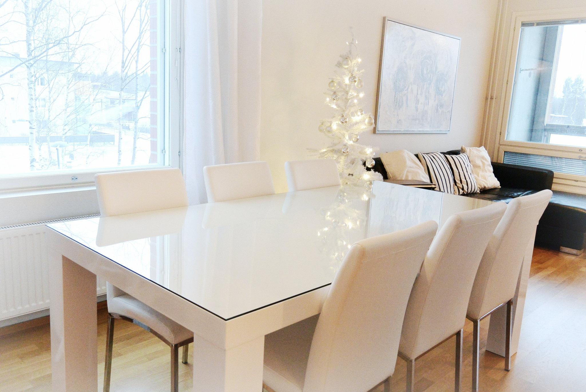 TANIAN SILMIN Kirkas lasi valkoisen pöydän päälle