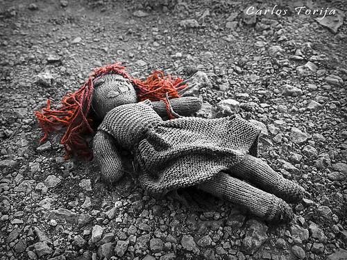 Dead doll. / Muñeca muerta.