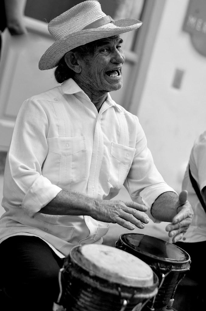 Tocando música en las calles de La Habana