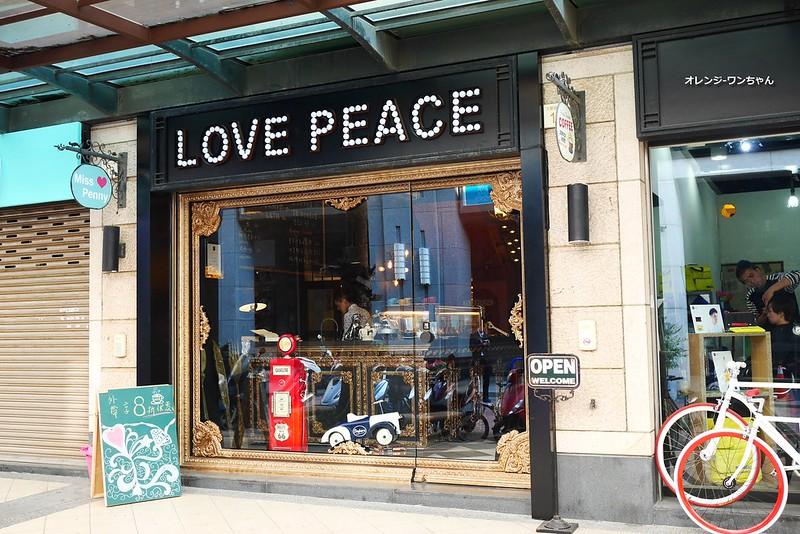 16203845002 e15e78cb7f c - LOVE PEACE CAFE │西屯區:超華麗工業風咖啡空間~黑白條紋店貓COOPER假日當家~還有老闆單人製作美麗拉花特調咖啡加精緻限量手作甜點