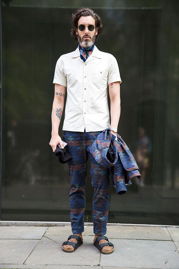 柄ジャケット×パンツのセットアップ×アイボリー半袖開衿シャツ×サンダル