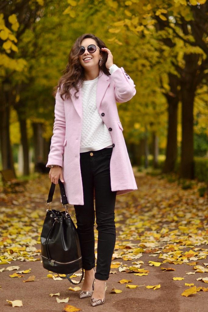 Paseando en otoño por Barcelona abrigo rosa