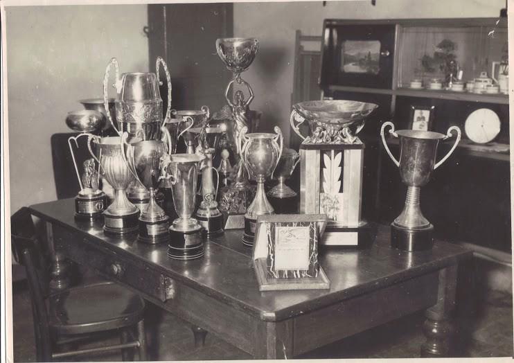 I trofei vinti da Renato Pelizzoni (foto scattata nel settembre 1963)