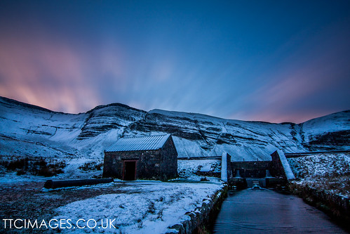 wales dawn breconbeacons nationaltrust blackmountains lonfexposure llynyfanfach rescueshelter