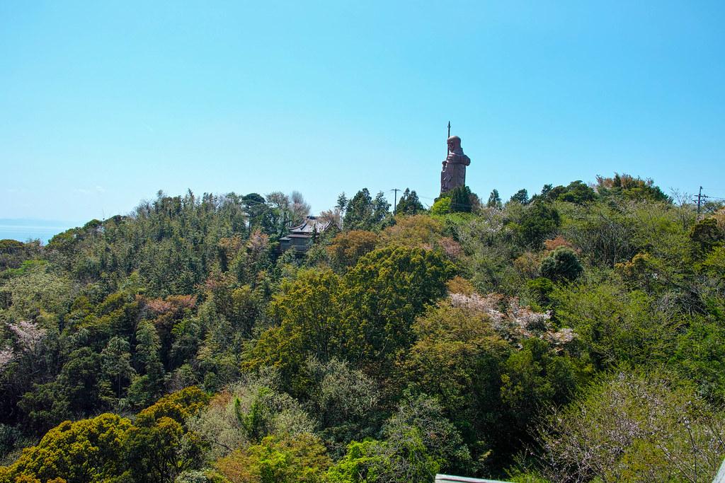 山の上の巨大仏