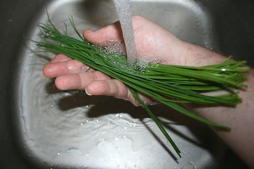 09 - Schnittlauch waschen / Wash chives