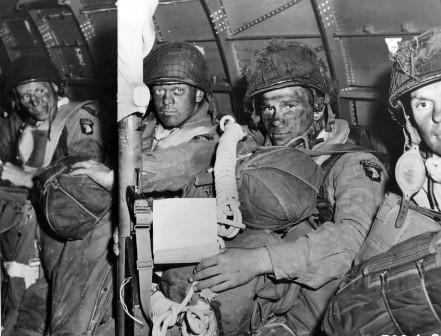 Paracaidistas aliados preparados para saltar durante el Dia-D