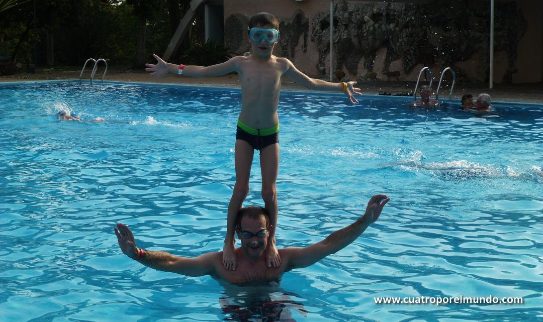 Haciendo un poco de circo en la piscina