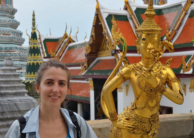 Diana frente a uno de los palacios del Gran Palacio de Bangkok, uno de los mejores sitios que visitar de Bangkok