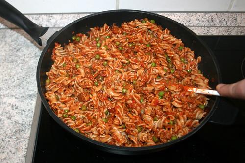 38 - Nudeln mit Sauce vermengen / Mix noodles with sauce