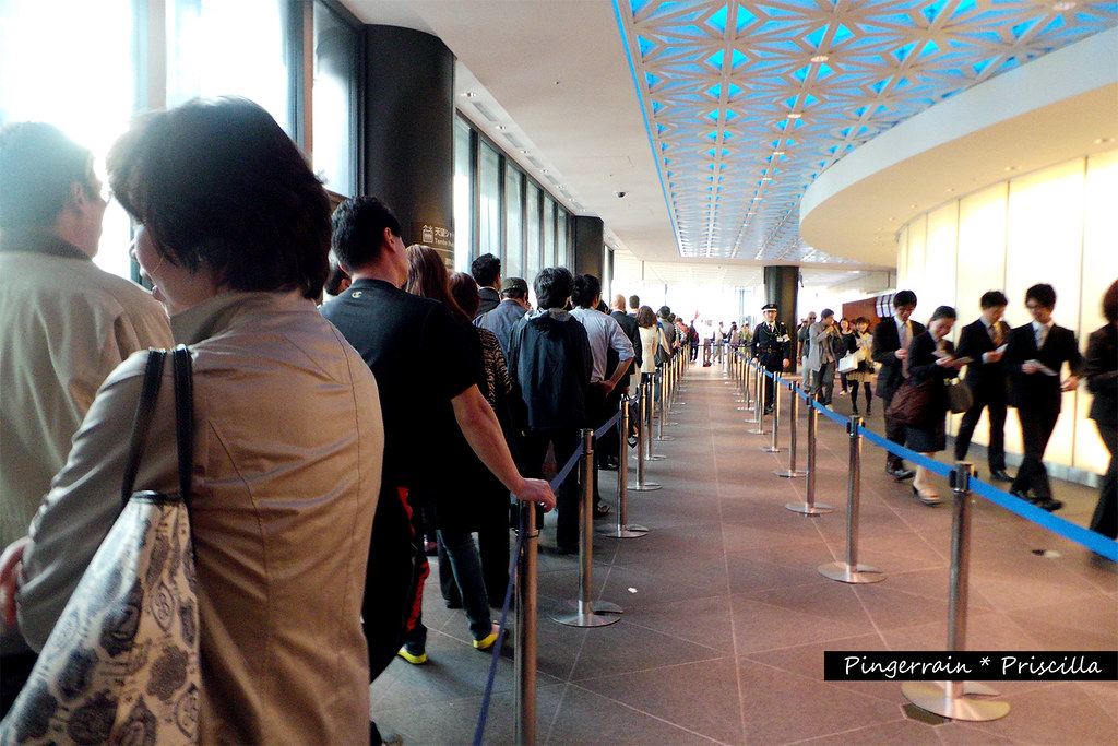 The seriously long queue of people~