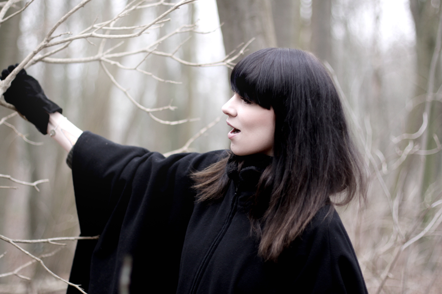 forest dark mystic scary black cape witch girl brunette bangs skinny babe winter wild wanderlust nature blog fashion fashionblog hannover germany 5