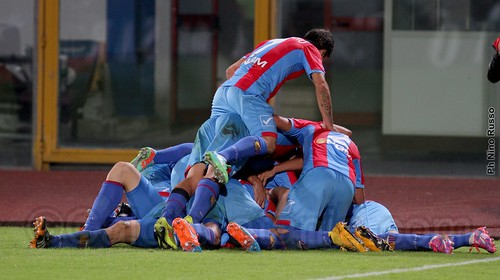 I rossazzurri festeggiano il quarto gol messo a segno da Sauro