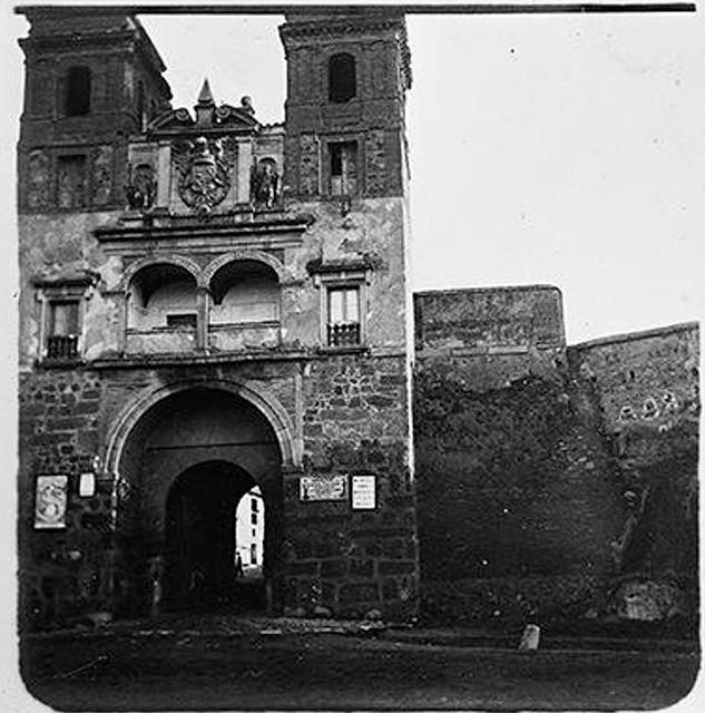 Puerta del Cambrón en 1904. Fotografía de Augusto T. Arcimis © Fototeca del IPCE, MECD. Signatura ARC-0717_P