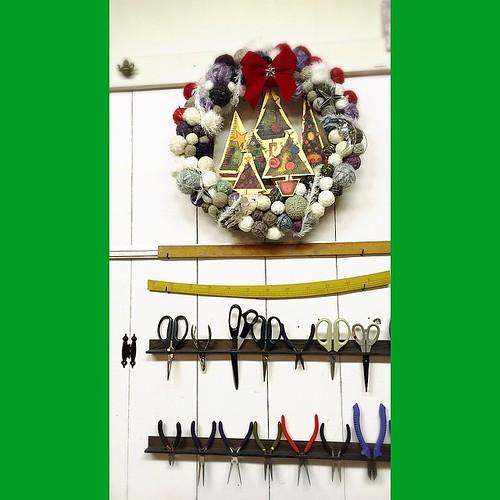 余った毛糸玉でリース作ってみました(^-^)/明後日のXmas会の壁面装飾に(*^^*)