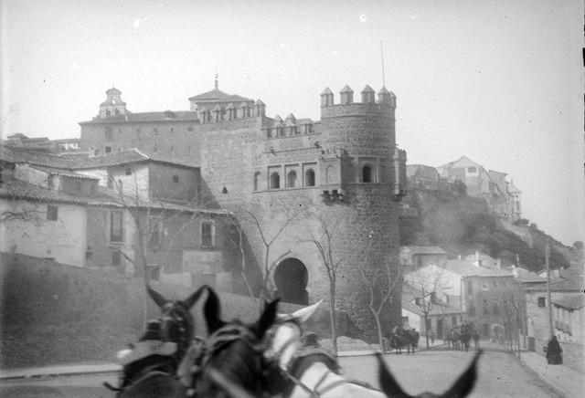 Puerta del Sol en 1899. Fotografía de René Ancely © Marc Ancely, signatura ANCELY_1899_2543_2547