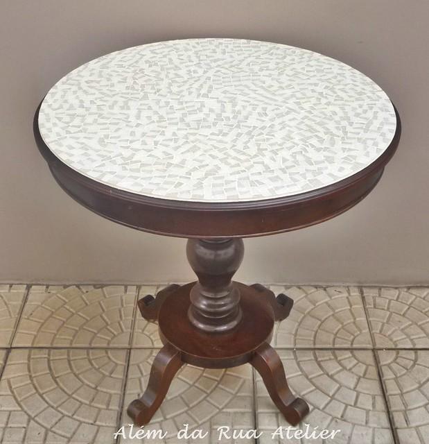Mesa de madeira com tampo de mosaico