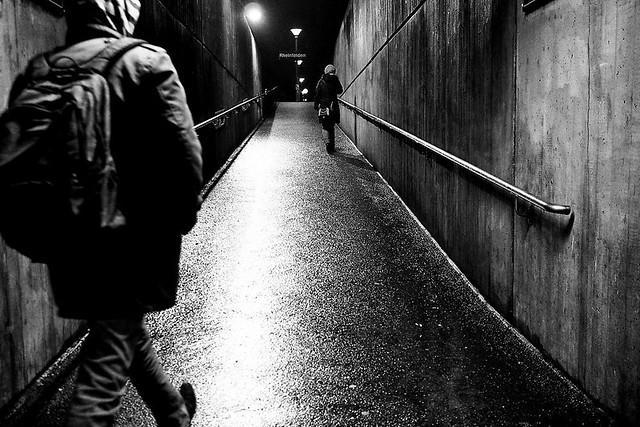Una mujer caminando sola