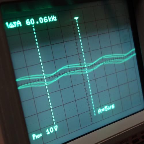 Oscilloscope_New Network Switch Off_Subwoofer On_F60k_Pin5_1 オシロスコープの画面を撮影した写真。ノイズ波形が表示されている。