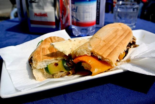 Panino con verdure e formaggio