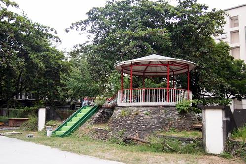 綠農的家店面基地過去是幼稚園,因此有大樹環繞、有許多水泥鋪面。