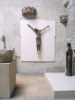 Thermes de Cluny の画像. wood paris france art poplar christ cross display exhibit medieval exhibition museums middleages artifacts crucifixion auvergne muséedecluny polychrome hôteldecluny muséenationaldumoyenâge hunkypunk muséedumoyenâge thermesethôteldecluny spencermeans
