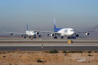LAN A340-300 vs Aerolíneas Argentinas A340-200 (A.Ruiz)