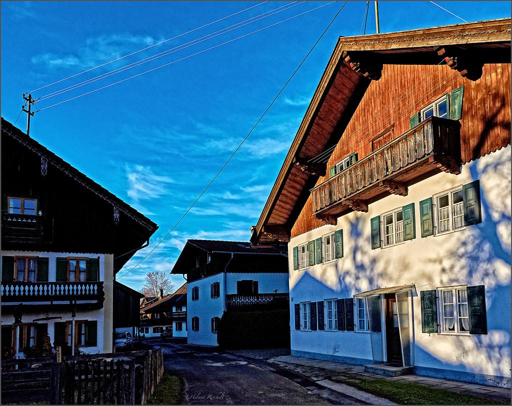 Licht und Schatten in der Dorfstraße