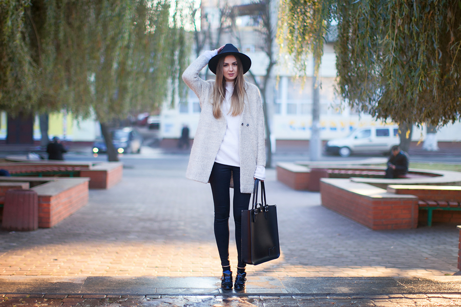 street-style-nude-beige-coat-fedora-hat