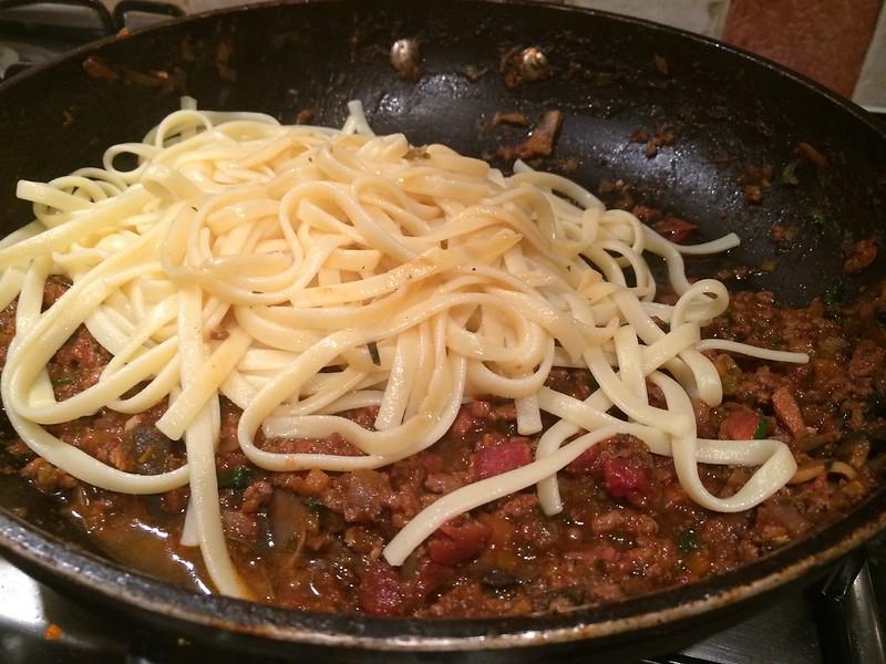 Spaghetti Bolognese : Add the cooked spaghetti