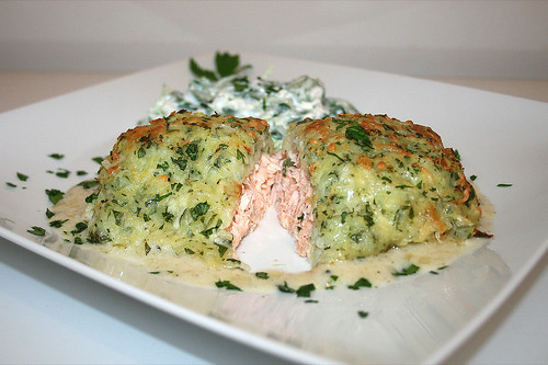 66 - Salmon filet gratinated with potatoe cheese - lateral cut / Lachsfilet  mit Kartoffel-Käse-Kruste - Querschnitt