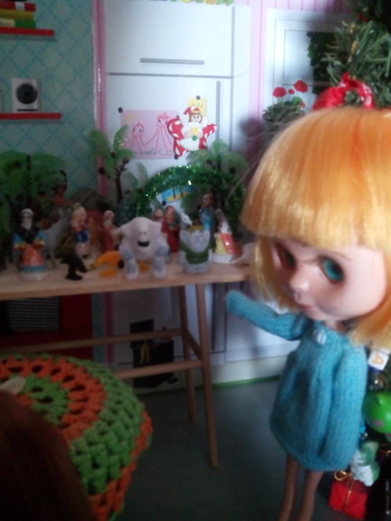 Laia, que haces poniendo muñecos de frozen en el belén. Mama ha se frío por eso están ahi