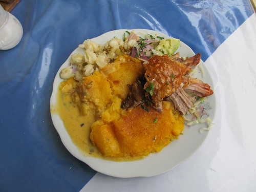 Riobamba: llapingacho con hornado (galette de pommes de terre, porc, avocat et maïs)