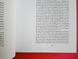 Adelphiana, AAVV. Concezione grafica di Matteo Codignola e Roberto Abbiati; impaginazione di Matteo Spagnolo; fotografie di Luca Campigotto. Il corpo del testo ha un margine maggiore verso il centro, a pag. 21 (part.), 1