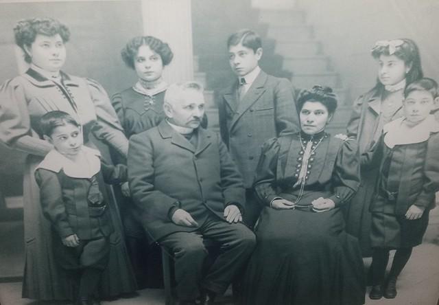 Francisco Priede y Mercedes Hevia, fundadores del Hotel Castilla, con sus seis hijos retratados en el hotel. Cortesía de la familia Priede