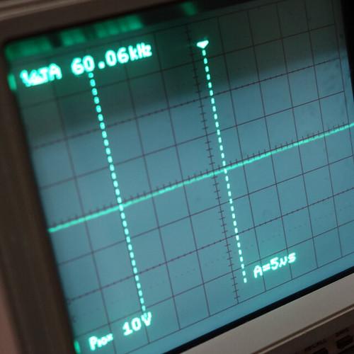 Oscilloscope_Old Network Switch On_Subwoofer Off_F60k_Pin5_1 オシロスコープの画面を撮影した写真。ノイズ波形が表示されている。