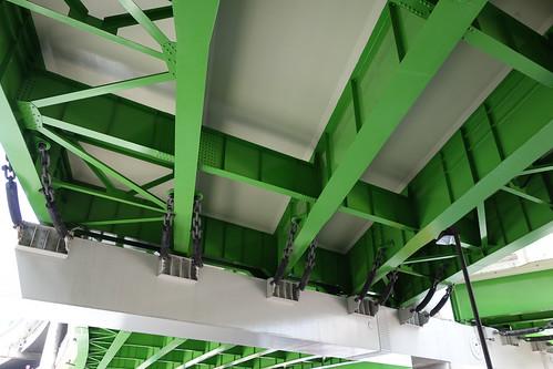 "Ikebukuro_9 池袋で撮影した写真。 ""首都高速5号池袋線"" の高架の道路の橋桁の下を写したもの。 緑色に塗られた鉄骨の構造と白く塗られた鉄骨の梁。"