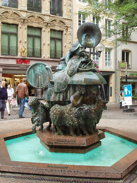 200608120084_Luxembourg_kermes-sheep-fountain